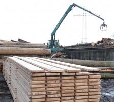 Einschnitt auf Kundenwunsch, Holz bei der Verladung